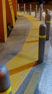 cómo funcionan los pisos podotactiles
