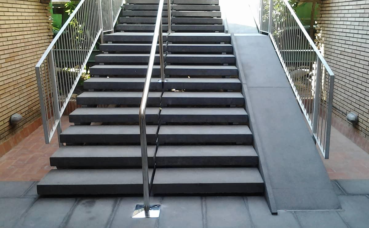 C mo dise amos una rampa accesible for Escalera exterior de acero galvanizado precio