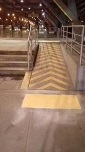 pisos podotáctiles accesibilidad en el metropolitano