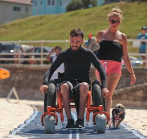 mat que permite acceso al agua accesibilidad en playas