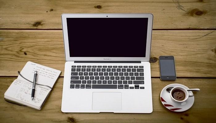 Laptop, cafe cuaderno y celular. Decorativo