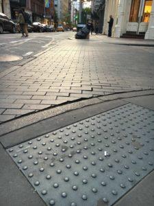 Piso podotactil gris en una calle
