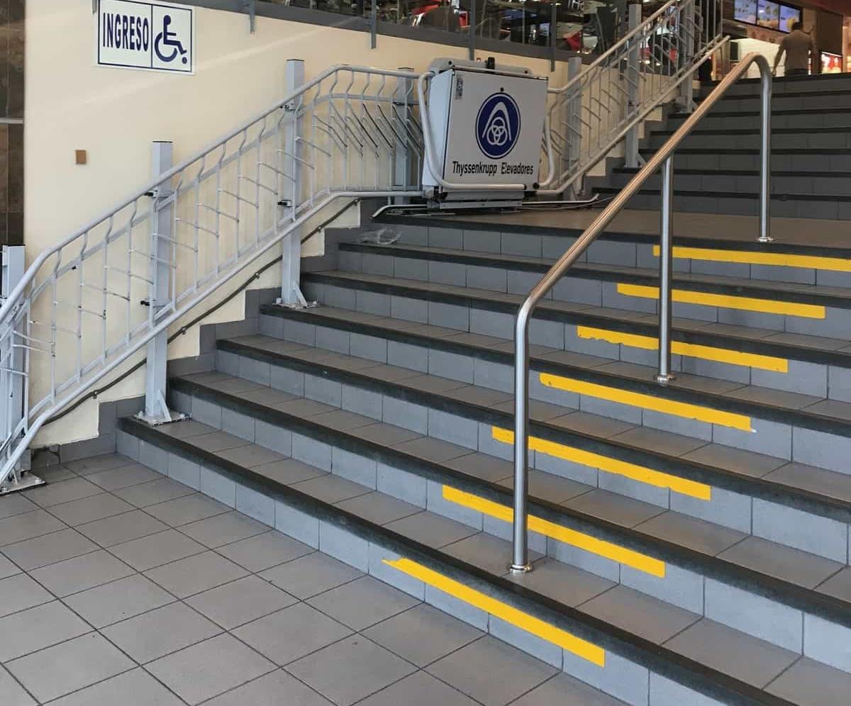 Escalera con plataforma elevadora