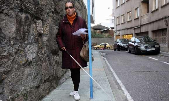 persona con discapacidad visual por la calle