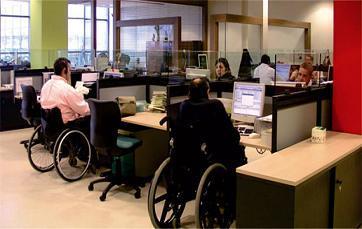 centro de trabajo con personas usuarias de sillas de ruedas