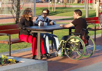 banco y mesa con espacio para un usuario de silla de ruedas