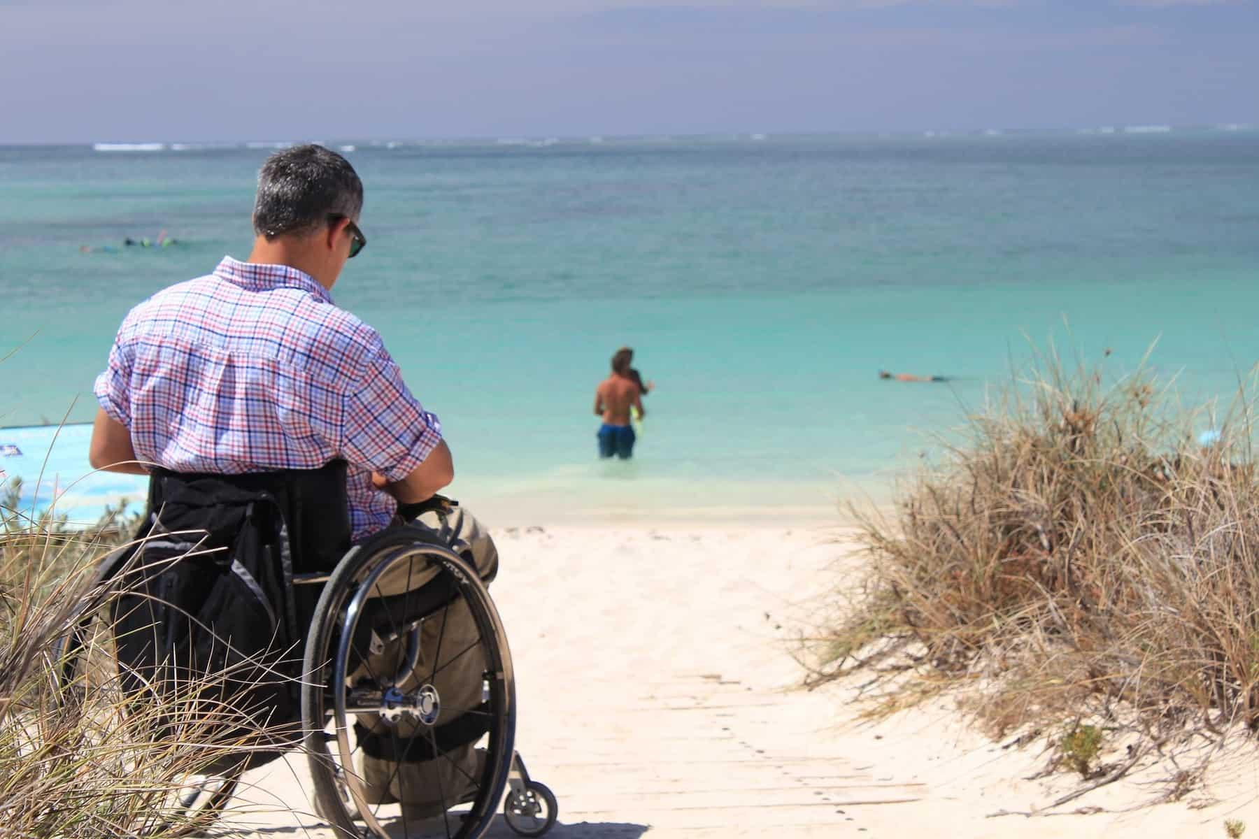 Usuario de silla de ruedas en una playa